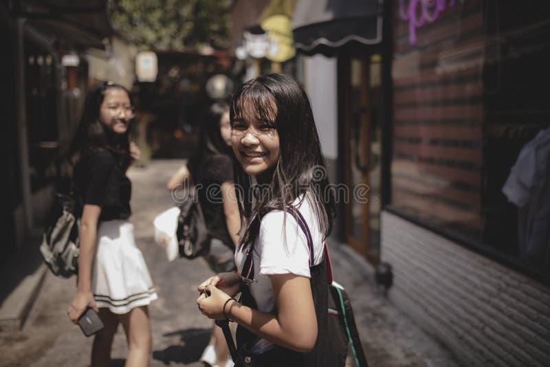 Grupo de adolescente asiático que se relaja en forma de vida de la ciudad foto de archivo