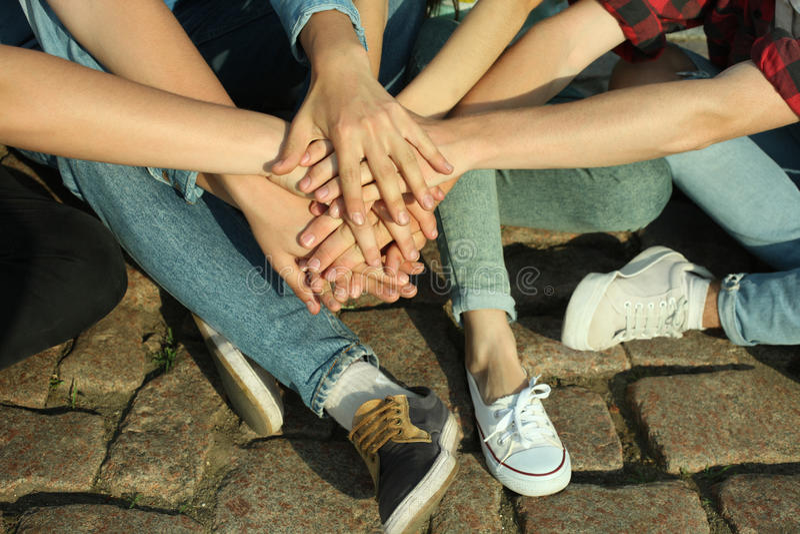 Grupo de adolescentes fotos de stock