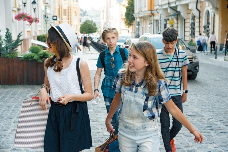 Grupo de adolescentes com os sacos de compras na rua da cidade fotografia de stock