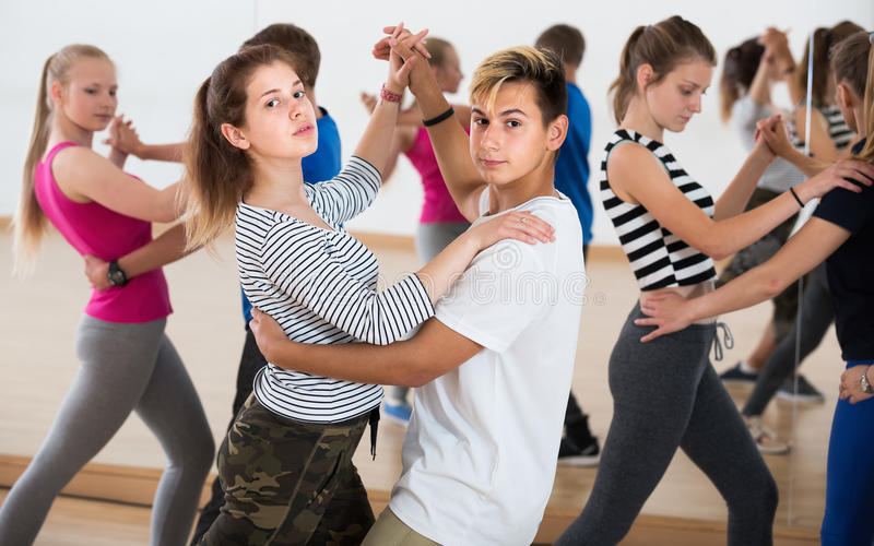 Grupo de adolescentes de la energía que intentan el baile con el socio imagen de archivo