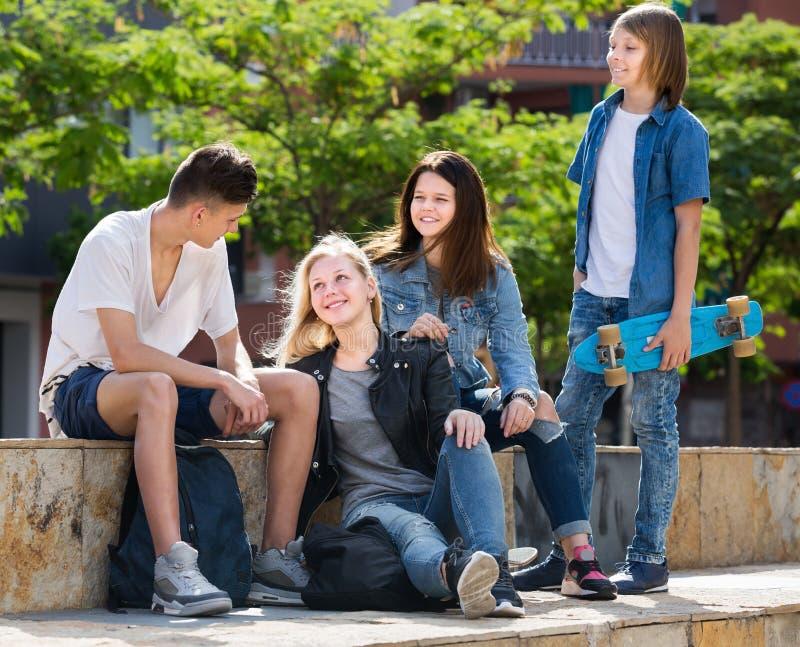 Grupo de adolescentes de sorriso no parque no dia de verão imagens de stock