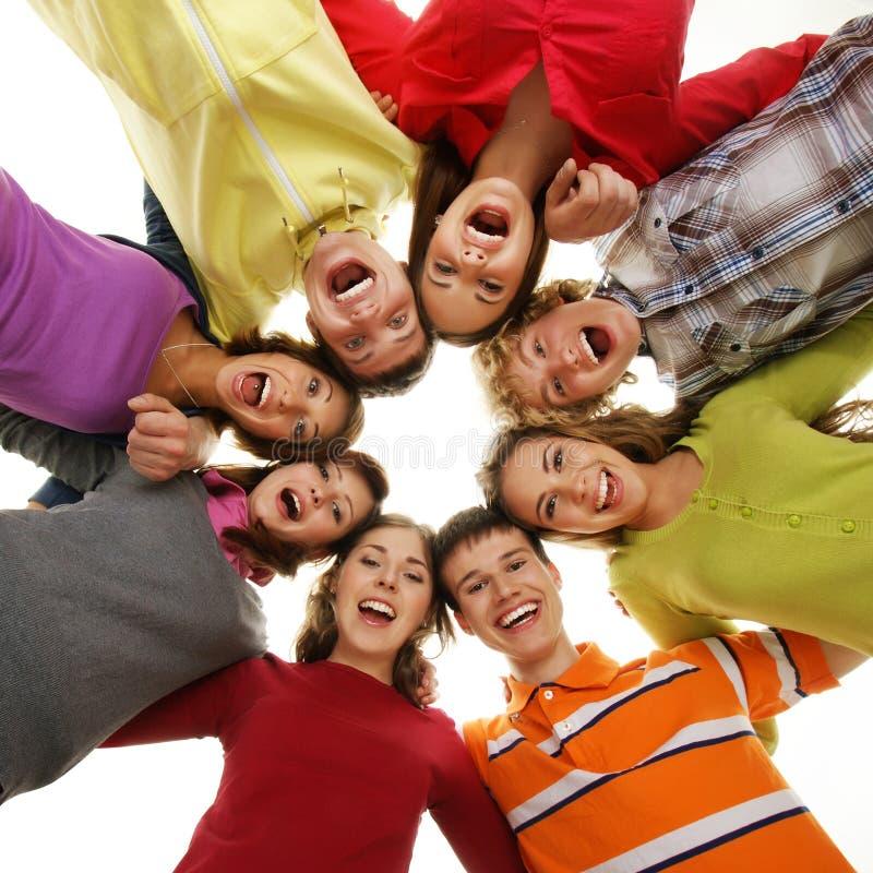 Grupo de adolescentes de sorriso que ficam junto fotografia de stock