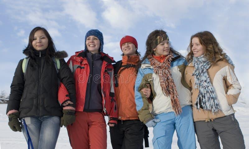 Grupo de adolescentes dos esportes nas montanhas imagem de stock royalty free