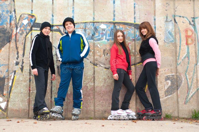 Grupo de adolescentes en la colocación de los pcteres de ruedas fotos de archivo