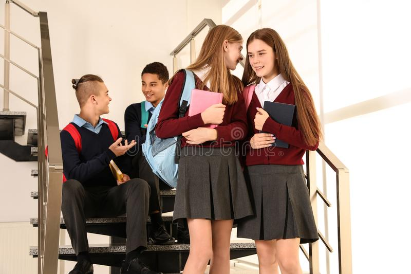 Grupo de adolescentes en uniforme escolar imagen de archivo
