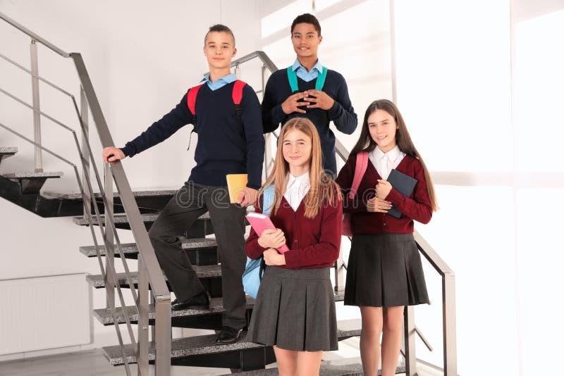 Grupo de adolescentes en uniforme escolar imagenes de archivo