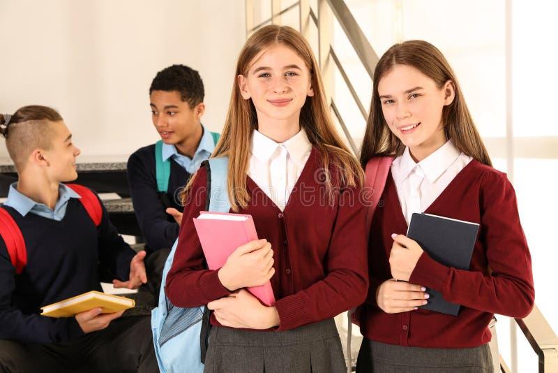 Grupo de adolescentes en uniforme escolar foto de archivo