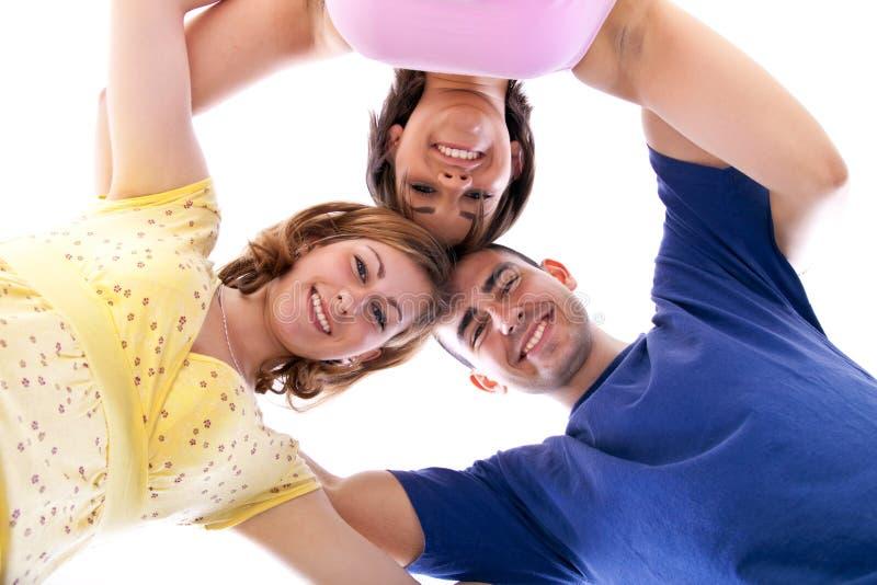 Grupo de adolescentes felizes no círculo fotos de stock
