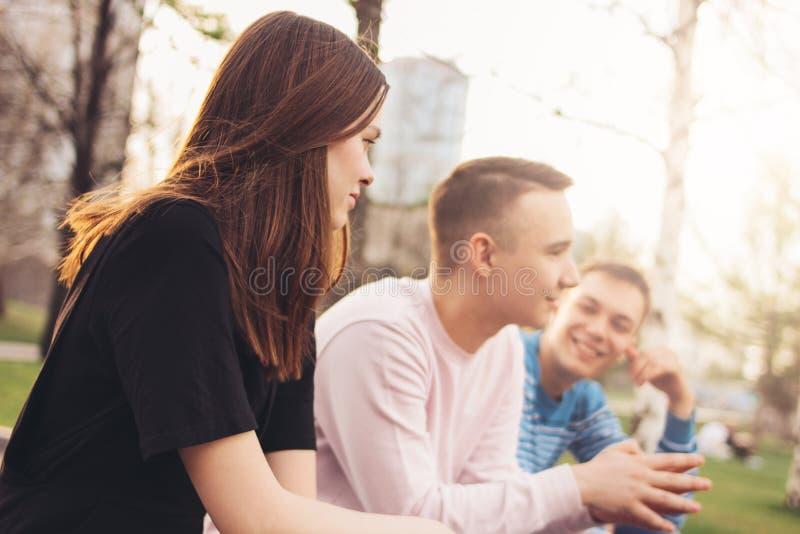 Grupo de adolescentes de los estudiantes de Millennials de los amigos que caminan en la calle de la ciudad, amistad, forma de vid imagenes de archivo