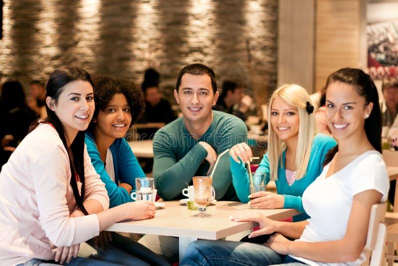 Grupo de adolescentes no café imagem de stock
