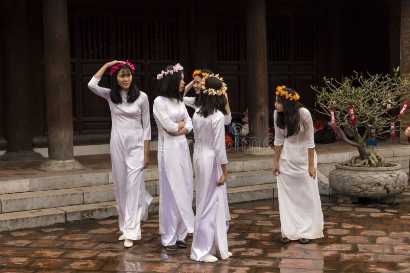 Grupo de adolescentes no templo da literatura em Hanoi, Vietname fotografia de stock royalty free