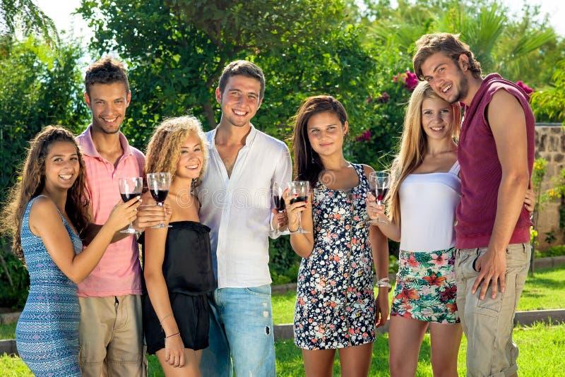 Grupo de adolescentes novos seguros felizes fotografia de stock