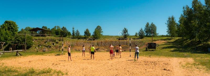 Grupo de adolescentes que jogam o voleyball fotografia de stock