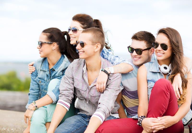 Grupo de adolescentes que penduram para fora foto de stock