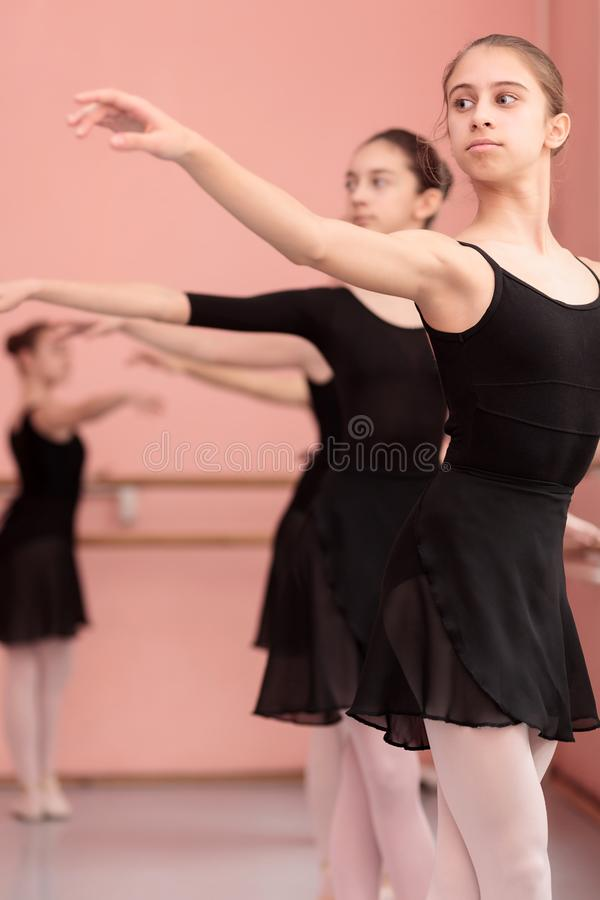 Grupo de adolescentes que praticam o balé clássico fotografia de stock royalty free