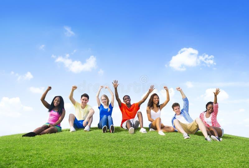 Grupo de adolescentes que têm o divertimento nos montes imagens de stock