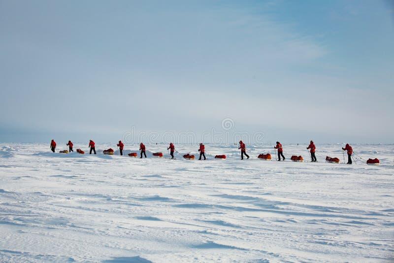 Grupo de adolescentes que vão à expedição ao Polo Norte imagem de stock