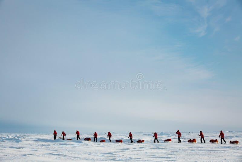Grupo de adolescentes que vão à expedição ao Polo Norte foto de stock