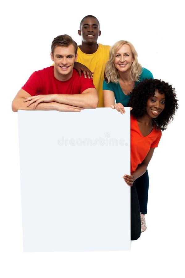 Grupo de adolescentes que visualizan la bandera blanca fotos de archivo libres de regalías