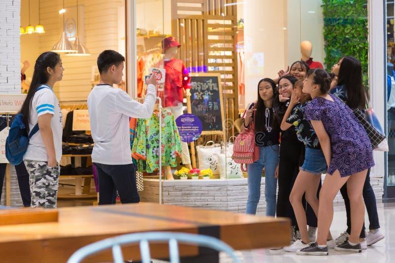 Grupo de adolescentes tailandeses que actuam para fora para a foto sua tomada do amigo imagens de stock royalty free