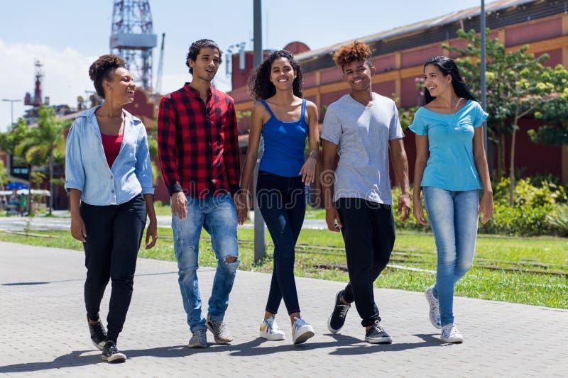 Grupo de adultos novos do moderno brasileiro e mexicano na cidade foto de stock royalty free
