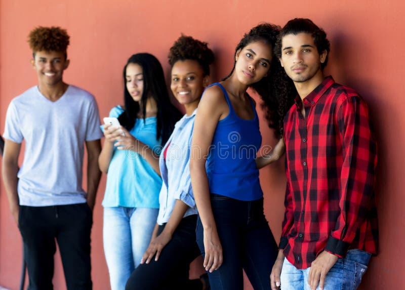 Grupo de adultos novos do multi moderno étnico foto de stock royalty free
