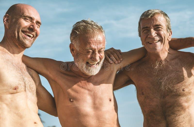 Grupo de adultos superiores na praia imagens de stock