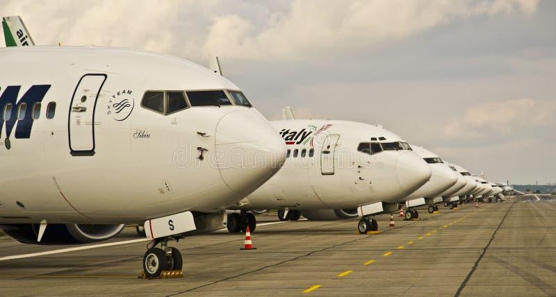 Grupo de aeroplanos estacionados en el aeropuerto   imagenes de archivo