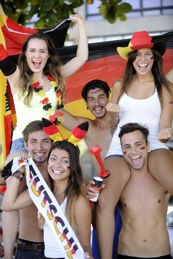 Grupo de aficionados al fútbol alemanes del deporte fotografía de archivo