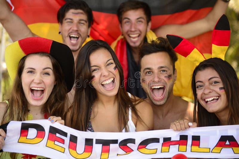Grupo de aficionados al fútbol alemanes del deporte imagenes de archivo