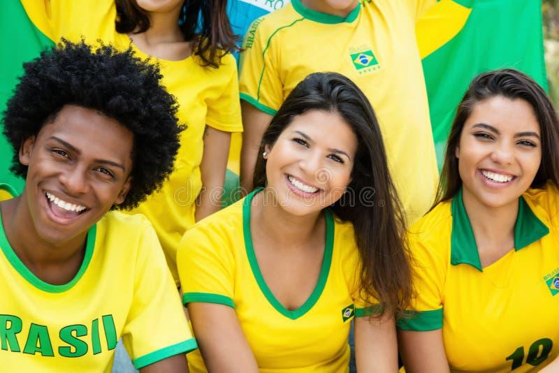 Grupo de aficionados al fútbol brasileños felices imágenes de archivo libres de regalías