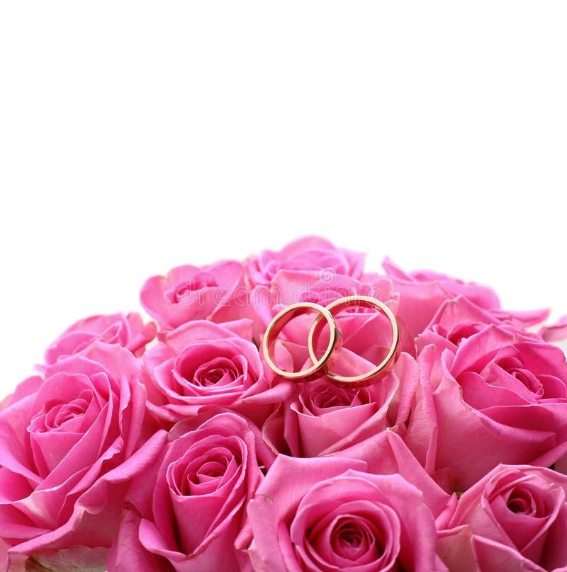 Grupo de alianças de casamento na rosa do rosa tomada perto acima imagem de stock