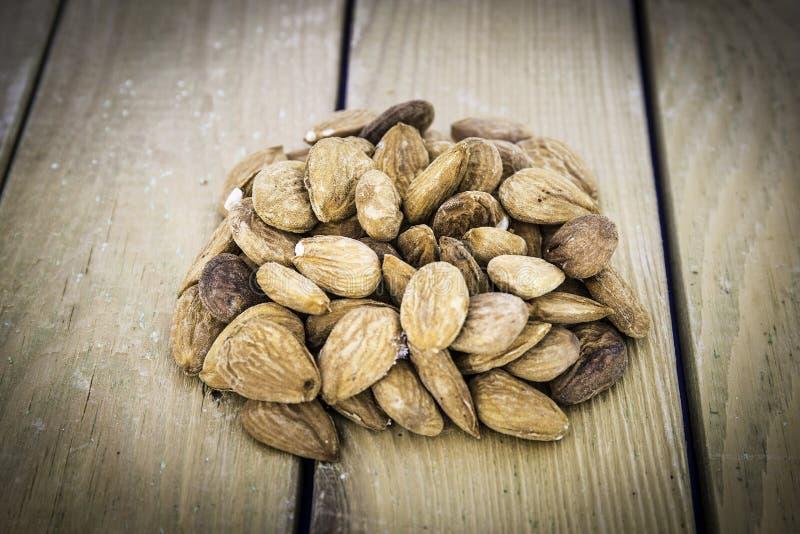 Grupo de almendras nuts en una tabla de madera imagenes de archivo