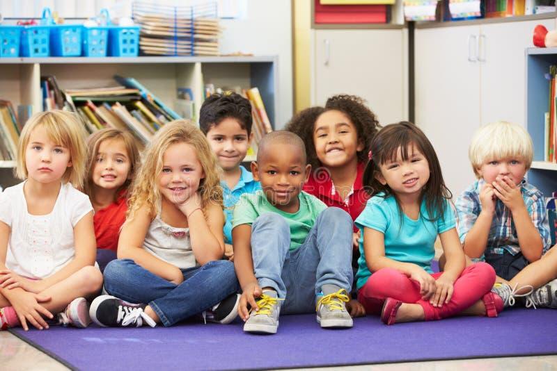 Grupo de alumnos elementales en sala de clase fotos de archivo libres de regalías