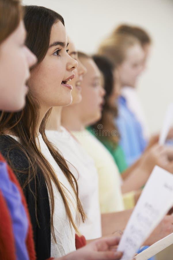 Grupo de alumnos que cantan en coro junto foto de archivo