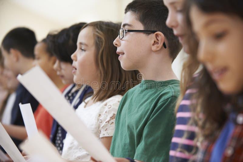 Grupo de alumnos que cantan en coro junto imágenes de archivo libres de regalías