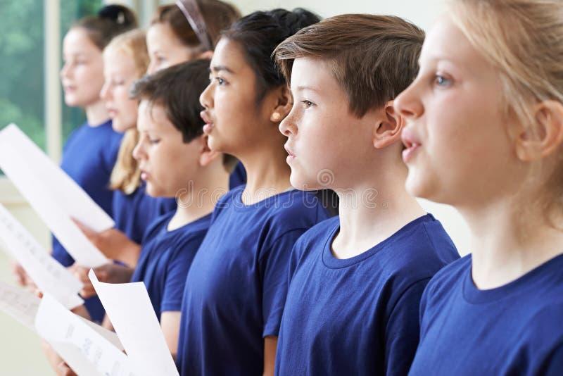Grupo de alumnos que cantan en coro junto fotografía de archivo libre de regalías