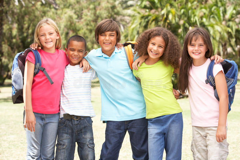 Grupo de alumnos que se colocan en parque fotografía de archivo libre de regalías