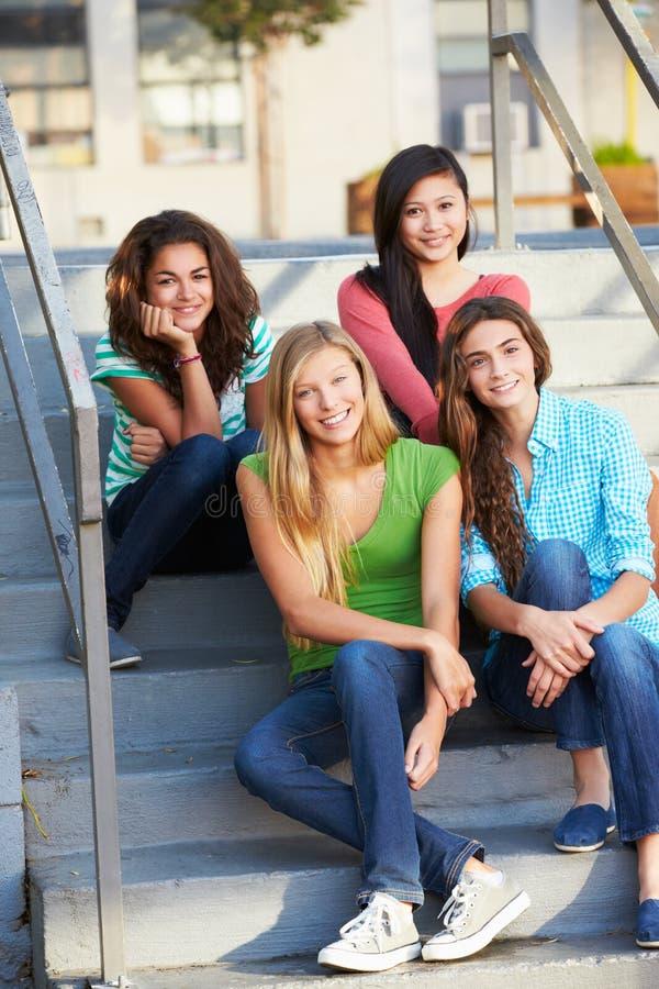 Grupo de alunos adolescentes fêmeas fora da sala de aula imagens de stock