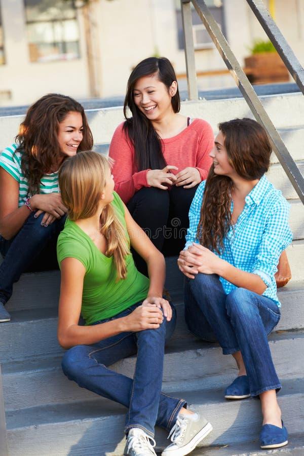 Grupo de alunos adolescentes fêmeas fora da sala de aula fotos de stock