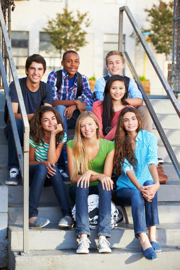 Grupo de alunos adolescentes fora da sala de aula foto de stock