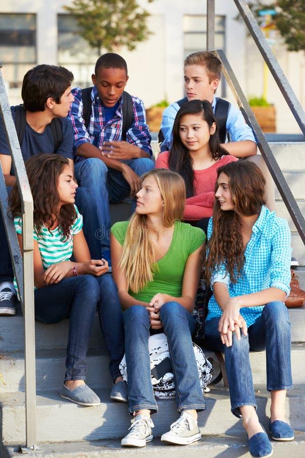 Grupo de alunos adolescentes fora da sala de aula fotos de stock royalty free