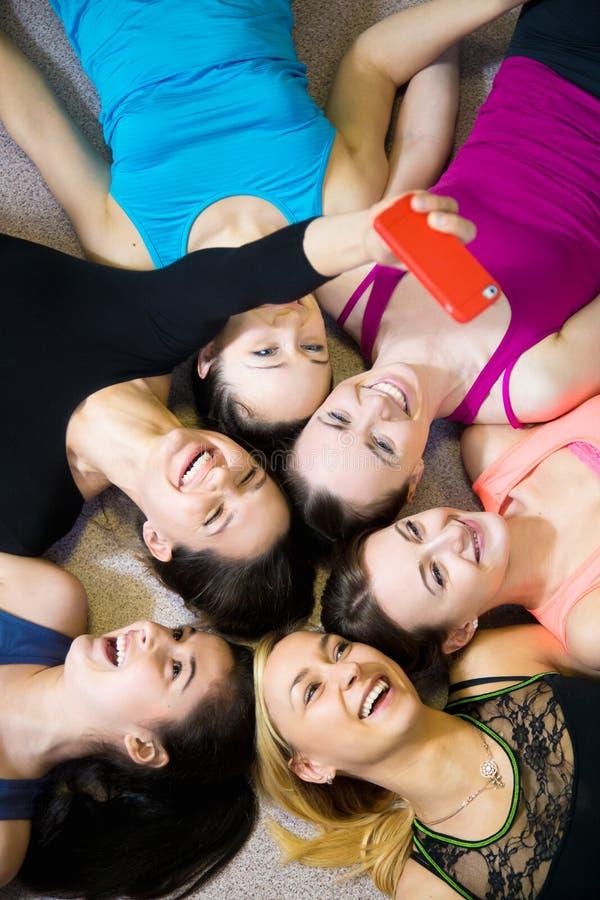 Grupo de amigas desportivas felizes que tomam o selfie, autorretrato w fotos de stock