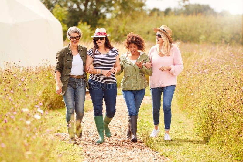 Grupo De Amigas Madres Caminando Por El Camino De Yurt Campsite imagen de archivo libre de regalías