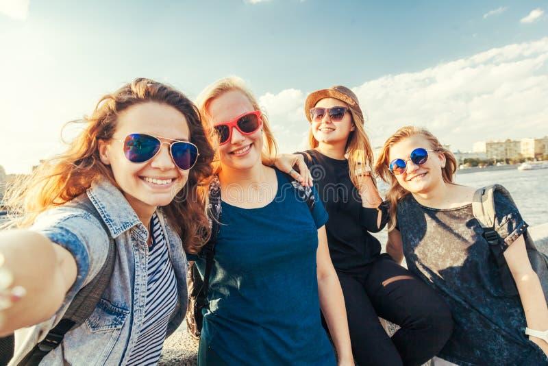Grupo de amigo à moda novo despreocupado de sorriso feliz da fêmea da menina imagens de stock royalty free