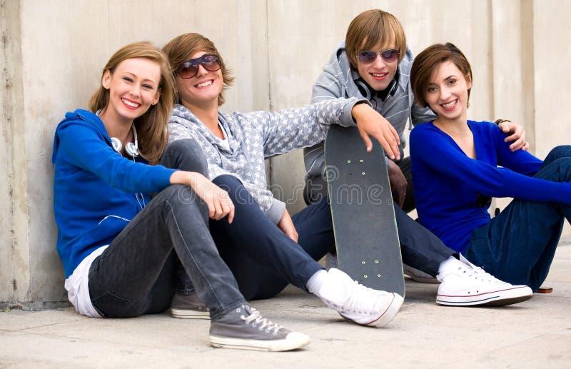 Grupo de amigos adolescentes fotos de stock
