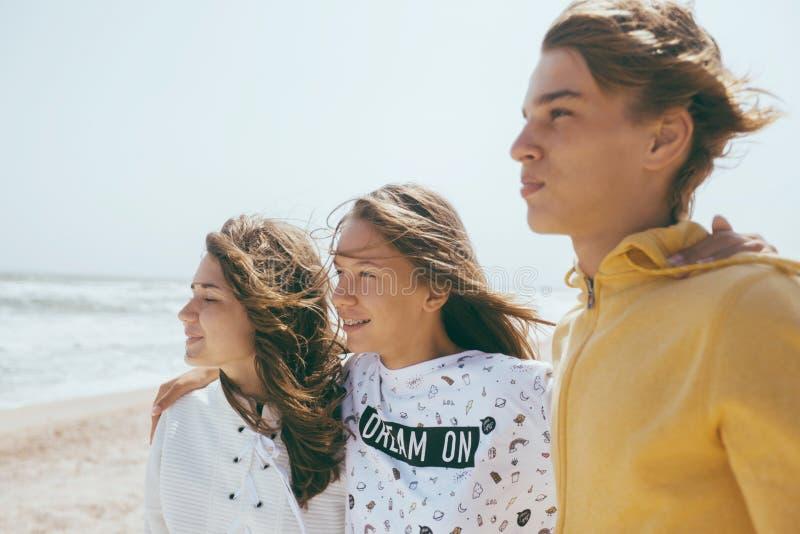 Grupo de amigos adolescentes al aire libre imágenes de archivo libres de regalías