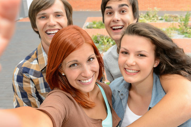 Grupo de amigos adolescentes do estudante que tomam o selfie fotos de stock royalty free