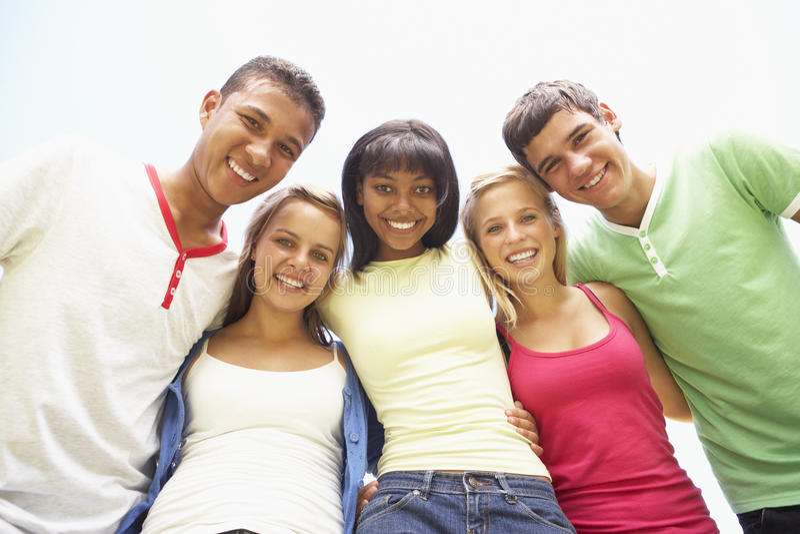 Grupo de amigos adolescentes que têm o divertimento no parque imagem de stock