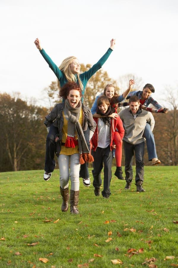 Grupo de amigos adolescentes que tienen paseos el de lengüeta imagenes de archivo